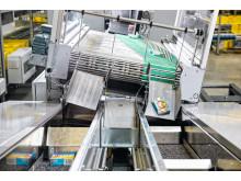 Produkterne fyldes enkeltvist og synkront med sorteringen ned i gondolerne