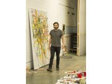 Aaron Garber Maikovska framför sitt verk i sin ateljé i Los Angeles