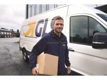 GLS chauffør leverer pakke