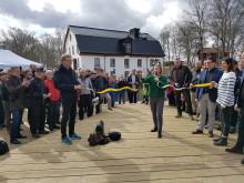 Miljöministern Karolina Skog inviger den fisktrappa Tyréns har utformat vid Ulva Kvarn i Uppsala.