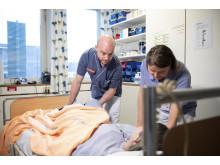 Erik Crone, leg fysioterapeut och Ewa Cederholm, leg arbetsterapeut, som är en del av det professionella vårdteamet, tar hand om en patient på Danderydsgeriatriken.