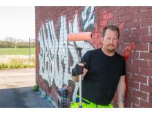 Avloppsteknikern Jerry Stjernström målar över klotter