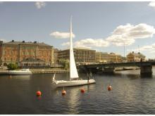 Med båt i centrala Härnösand.