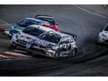 Peter Hedström och Kevin Eriksson i en av många heta dueller i RallyX 2016. Foto: Daniel Ahlgren/STCC