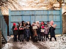 Julklappsutdelning gruppbild Lviv, Ukraina. Fotograf: Läkarmissionen/Oskar Sahlin.