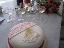 Lisa Nordén uppvaktades med blommor, tårta och champagne