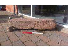 """Fragment af Ydby-runestenen med runer, der danner navnet """"TROELS""""."""