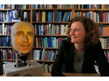 Hedvig Kjellström, professor på KTH, tillsammans med robothuvudet. Foto: Peter Larsson.