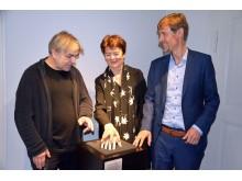 """(v.l.) Erwin Stache, Beatrix Borchard und Gregor Nowak demonstrieren """"Claras Hand"""", ein Highlight der Ausstellung"""