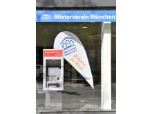 In zentraler Lage der Münchner Innenstadt bietet die Stadtsparkasse München ab sofort einen neuen Geldautomaten in der Sonnenstraße, nahe zum Stachus, integriert in die Fassade des sanierten Gebäudes des Münchner Mietervereins.