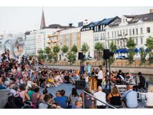 Sommarscen 2018 på trädäcket utanför Malmö Live