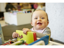 Foto litet barn med böcker. Foto: Anna-Lena Lundqvist