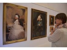 Museumspädagogin Marleen Dietz wirft noch einen letzten Blick auf die Bilder von Sissi und Kaiser Franz an (c)ASL Schlossbetriebe gGmbH