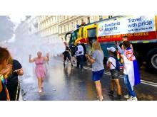 Vattensprutande brandbil från Swedavia Airports i Prideparaden 6 aug 2018 - Pride