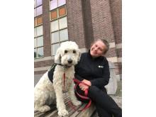 Vårdhunden Loppan och hundföraren Lena