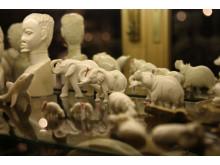 En souvenir för livet - elfenbensprodukter i en souvenirbutik Namibia.
