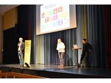 Rektor Kjell Hemmingsson och föreläsarna Anna Mogren och Nina Rahm pratar miljö med Alströmergymnasiets personal.