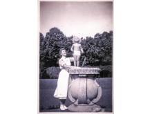Claes Bonde två år gammal, stående på Tjolöholms Slotts solur med barnsköterskan Elsa Eneroth