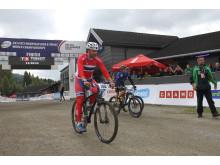 Kronprins Haakon på sykkel under sykkel-VM i Hafjell