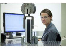 Testing av materialets motstandskraft mot drag-, trykk- og bøyekref-ter.