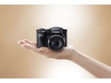 Canon PowerShot SX500 IS hand