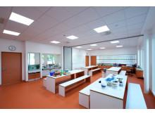 Klasserom i kaldhvitt lys