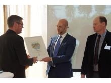 Olle Bertilsson och Erik Lövgren på Västernorrlands Län tar emot årets hållbarhetspris av Fredrik Reinfeldt