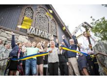 Gunilla Carlsson, styrelseordförande Liseberg, klippte bandet och invigde Valkyria i konfettiregn