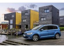 Registreringsafgiften sænkes og gør en række populære biler billigere. Her Volkswagen Touran, der reduceres med 10.710 kr.