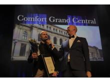 Robert Holan, hotelldirektør på Comfort Hotel Grand Central, mottar gull i Serviceløftet på HSMAI awards. Fotograf: Morten Brakestad