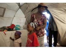 Haiti: Innocent Jean gör sin dotter klar för skolan