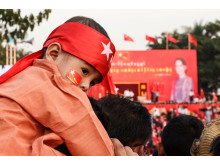 Aung San Suu Kyi holder valgmøde og taler til titusindvis af tilhængere