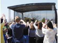 Publiken tecknar teckenspråkig rapprefräng