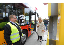 Gladsaxes borgmester Karin Søjberg Holst fik æren af at være den første til at tanke naturgas på MAN bussen.