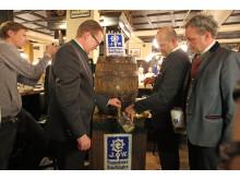 Werner Mayer, Josef Laggner und Dr. Martin Leibhard beim Anstich des Holzfasses im Augustiner am Markt