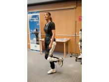 Annelie Nilsson visar Robotdräkten