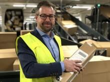 Pressesjef John Eckhoff i Posten Norge med en av 200.000 pakker som skal gjennom Logistikksenter Oslo i dag.