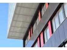 Integrerte solceller i fasaden på Brynseng skole.