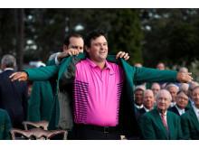 Patrick Reed bliver iklædt den ikoniske grønne jakke efter at have vundet årets første golfmajor, Masters.