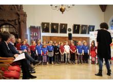 Ein Kinderchor der Lessing-Grundschule stimmt im Alten Rathaus auf das Deutsche Chorfest ein