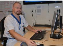 Erik Jansson, barnskötare på Akademiska sjukhuset, som arbetar med inloggningssystemet Tap and Go.