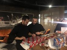 Steve Angello och Ali Eftekhari hjälpande händer.