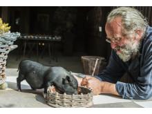 Tage Andersen, som skapar LandArt vid Kulturhuset Kåken i Härlanda. Fotograf: Bent Rej