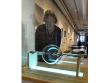 Att se in i kroppen – guiden Irene Jacobsson tittar på röntgenrör från 1920-talet