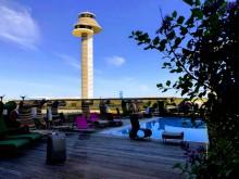 Stockholm Arlanda Airport. Trafikledartorn samt pool vid Clarion Hotel. Foto Hans Uhrus