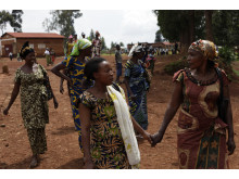 Nzigire Mwa Shekeza i Kongo med några av de andra kvinnorna i den lokala radioklubben.