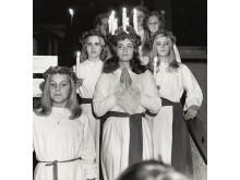 Tonårsflickor i luciatåg 1971, Foto Gösta Glase, Nordiska museet