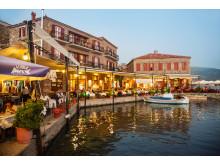 Stemningen på havnen i Molivos er noget af et trækplaster for mange danskere. Spies tilbyder bl.a. hotel Sea Horse direkte på den idylliske havn.