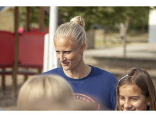 Carolina Klüft från Genpep delar ut Stadiums aktivitetsväskor