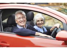 Älteres Paar beim Autofahren